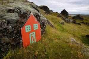 """Sono numerosi gli islandesi che credono agli elfi come dimostra questa """"porta elfica"""" vicino la città di Selfoss"""
